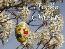 Frohe Ostern Ei und weiße Blüten